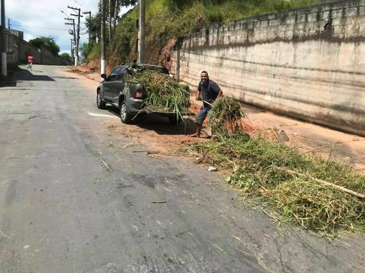 Cansados de esperar, moradores de Cotia fazem mutirão de limpeza em calçada de escola 6