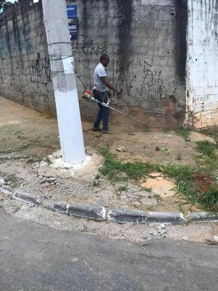 Cansados de esperar, moradores de Cotia fazem mutirão de limpeza em calçada de escola 11