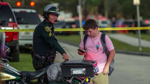 Vigia da escola da Flórida que sofreu massacre arriscou a própria vida para salvar os alunos 4