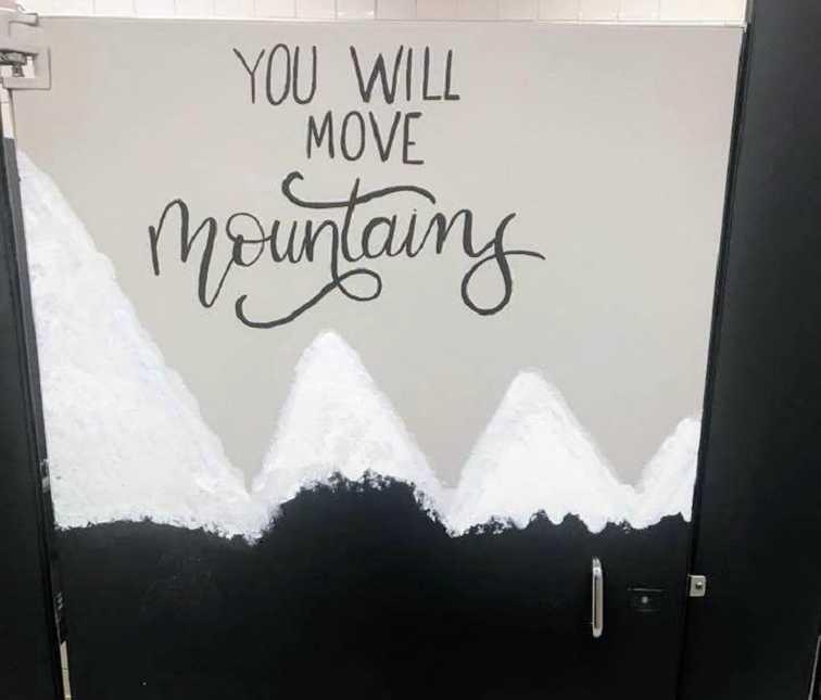Nos EUA, pais pintam mensagens motivacionais pelo colégio para inspirar jovens depois de ataque na Flórida 4