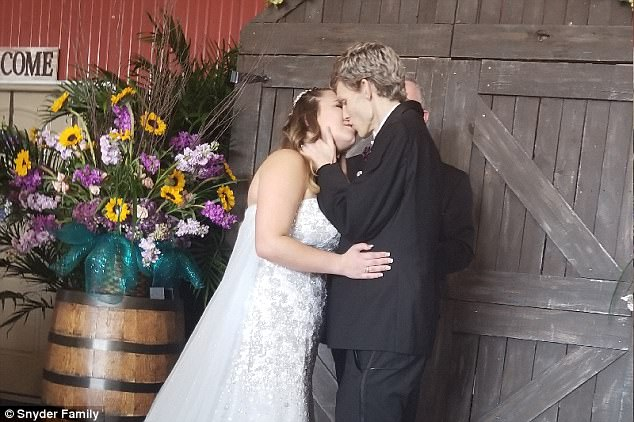 Jovem com câncer terminal e poucas semanas de vida casa com namorada de infância 7