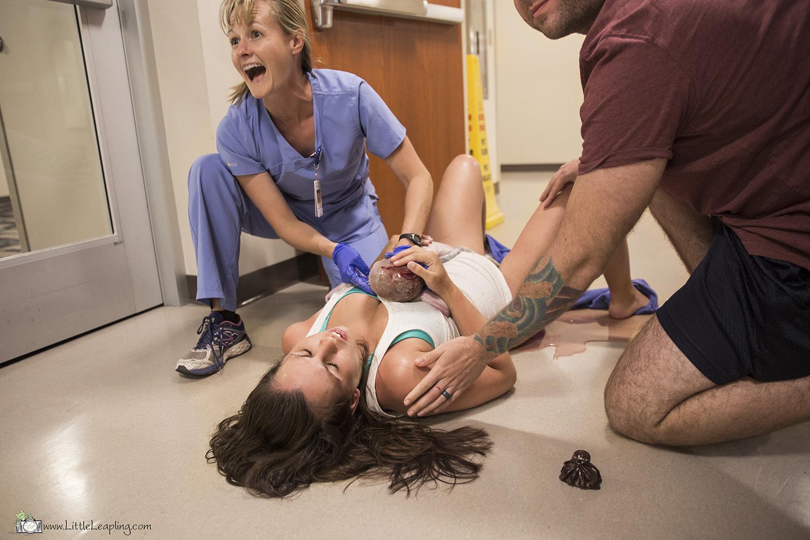 Este bebê estava com tanta pressa de vir ao mundo que nasceu no corredor do hospital 4