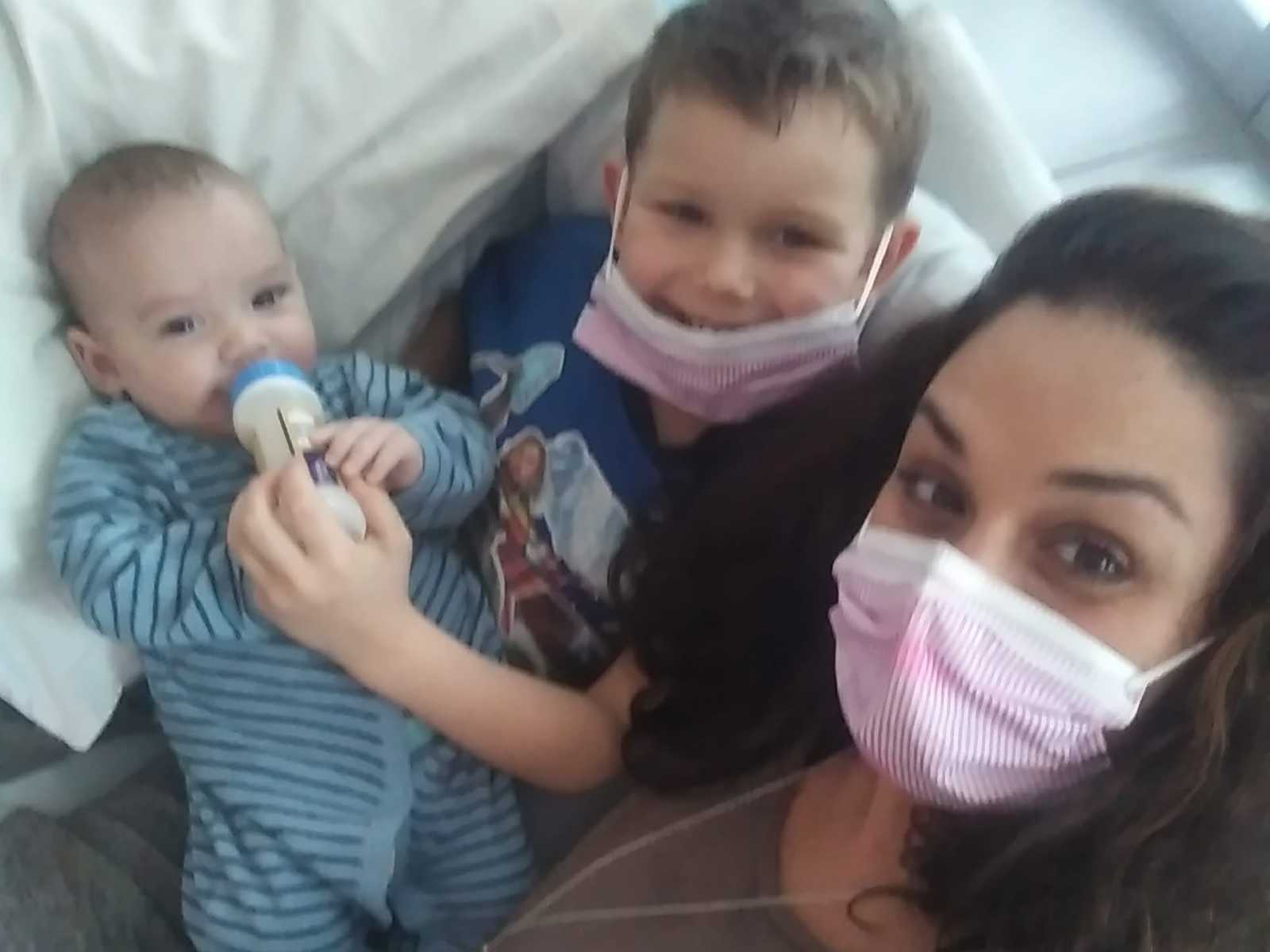 Nos EUA, garotinho de 4 anos faz questão de doar medula óssea para irmãos gêmeos bebês 4