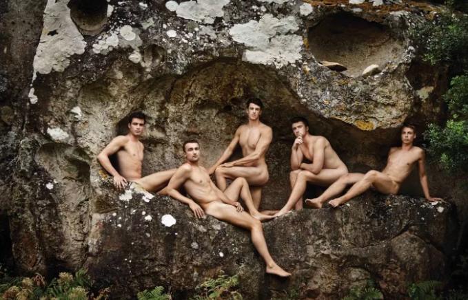 Equipe de remo britânica tira roupa novamente em calendário contra a homofobia 4