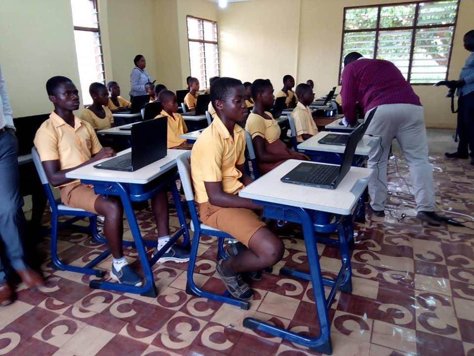 Em Gana, professor que ensina alunos a usarem o Word com desenhos na lousa viraliza e recebe doações do mundo todo 8