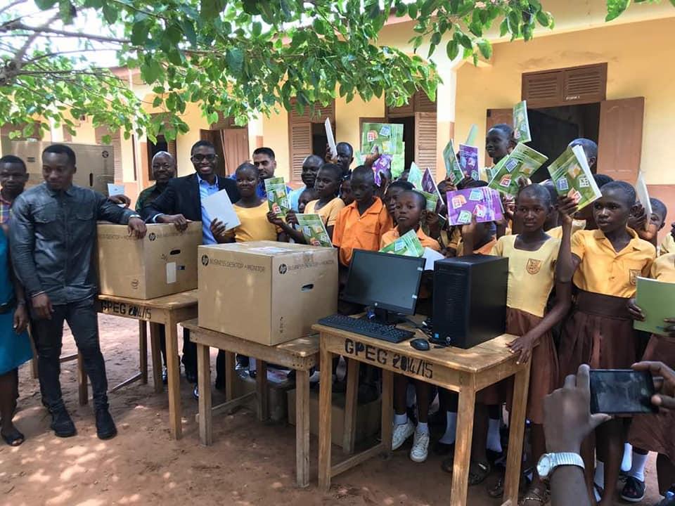 Em Gana, professor que ensina alunos a usarem o Word com desenhos na lousa viraliza e recebe doações do mundo todo 6