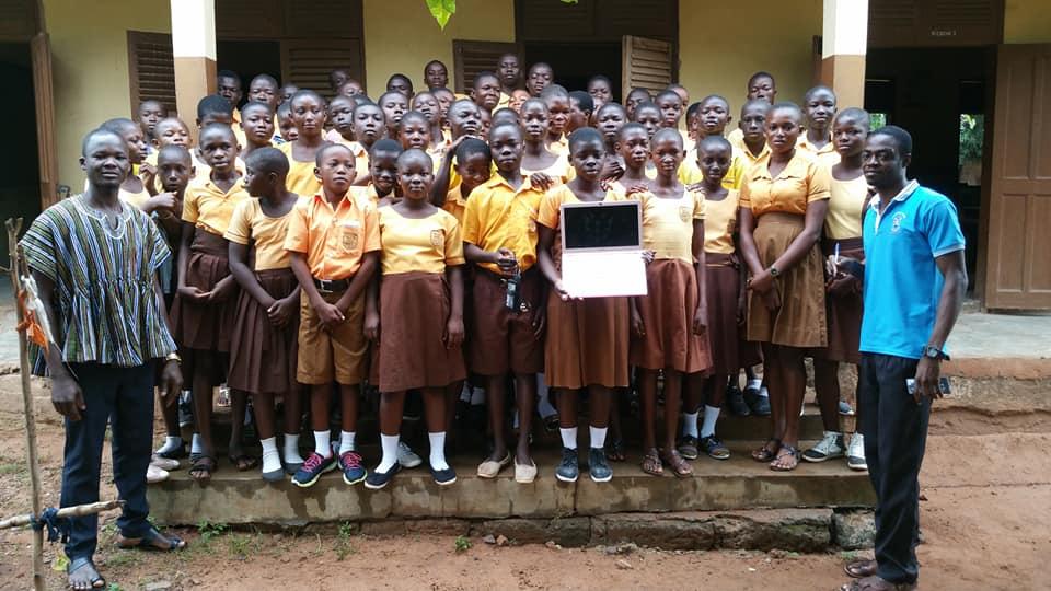 Em Gana, professor que ensina alunos a usarem o Word com desenhos na lousa viraliza e recebe doações do mundo todo 7