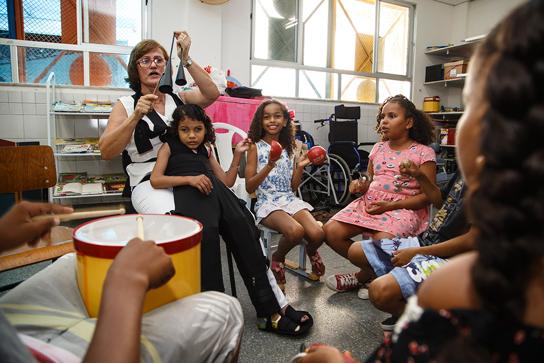 Em Aracaju, professora cria roupa especial que ajuda na inclusão de aluno com paralisia cerebral 2