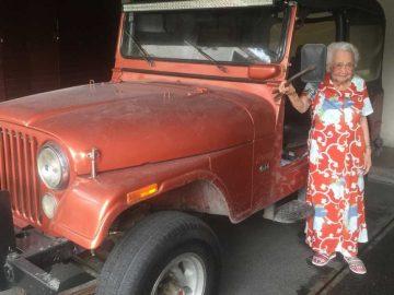 Senhora de 93 anos se emociona ao rever carro que foi de seu marido 1