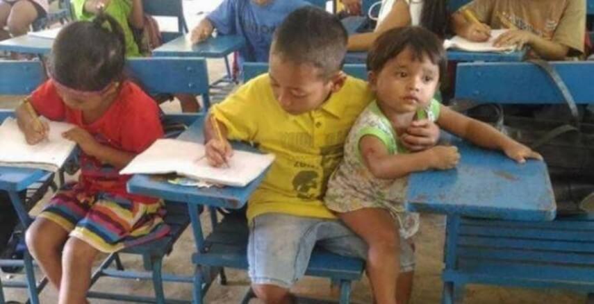 Garoto de 7 anos leva irmão menor à escola para não faltar na aula 1