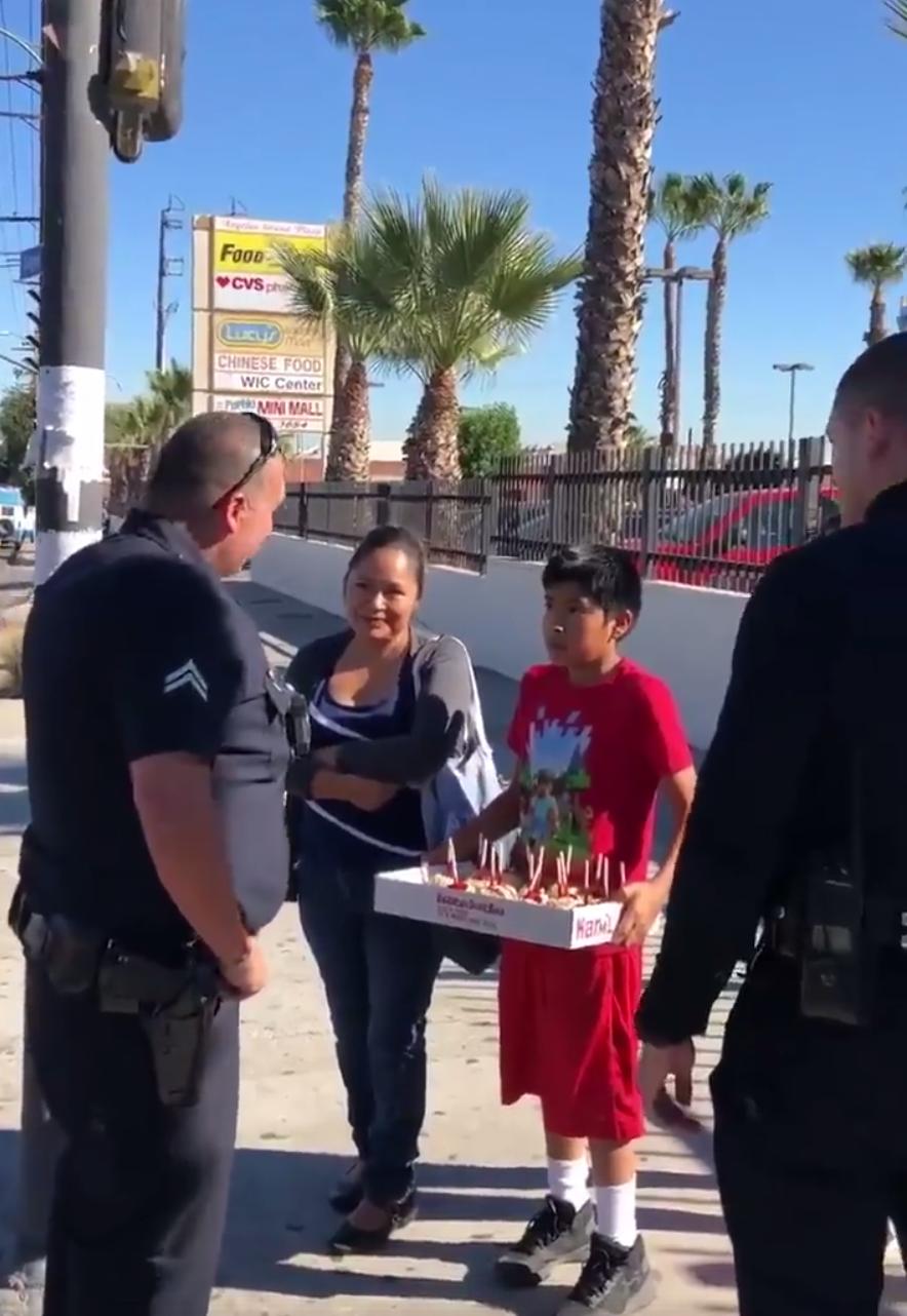 Nos EUA, policiais abordam imigrantes que estavam vendendo maçã do amor para... abraçá-los e oferecer um peru 1