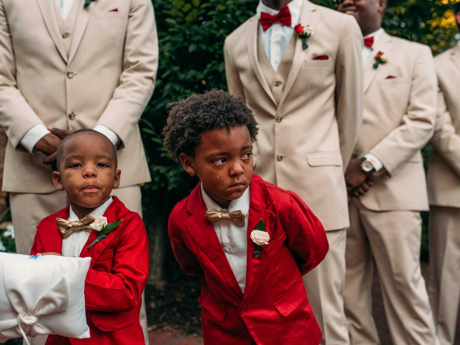 Garotinho de 6 anos não contém a emoção no casamento dos pais 1