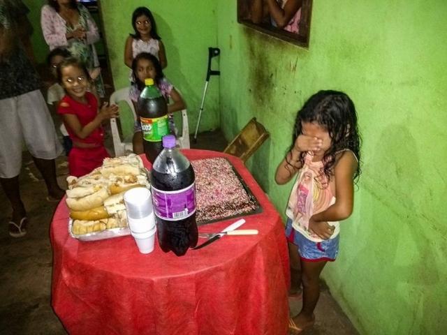 Garotinha que chorou no aniversário ganha festa dos sonhos e se emociona novamente 2