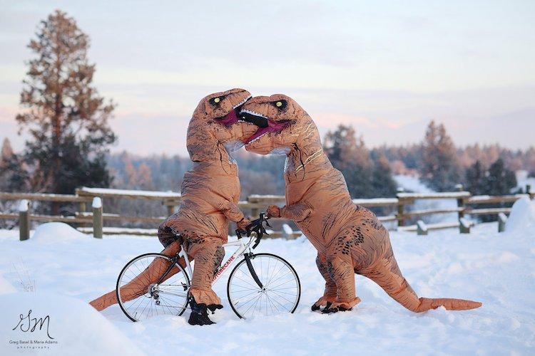 Casal se fantasia de dinossauros para mostrar que o amor não está em extinção 1