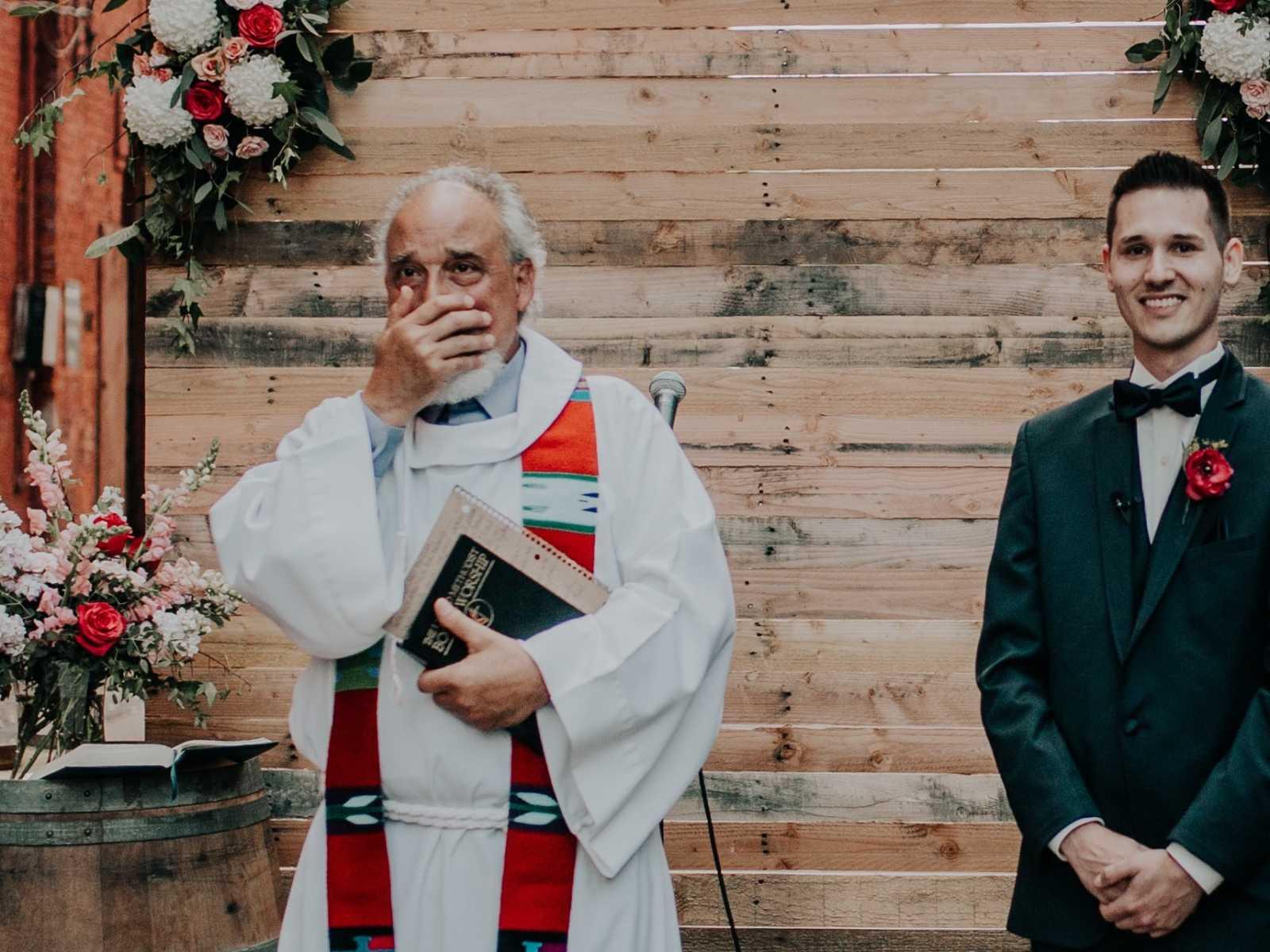 Noiva se emociona ao ser conduzida por pai e ter a cerimônia realizada por padrasto 3