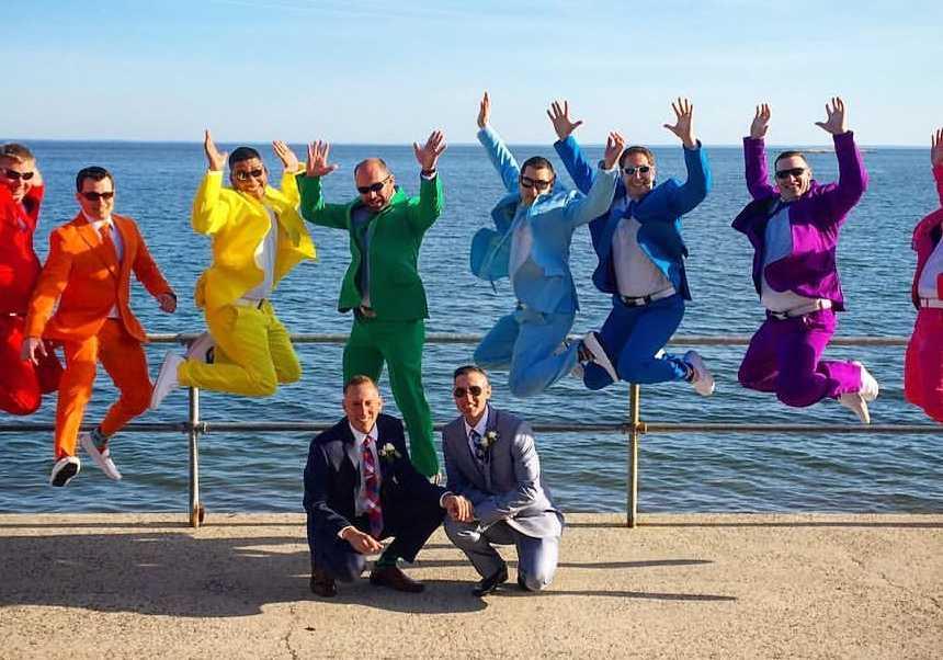 Usando ternos com cores do arco-íris padrinhos fazem surpresa no casamento de amigo 1