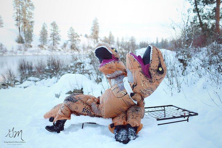 Casal se fantasia de dinossauros para mostrar que o amor não está em extinção 12