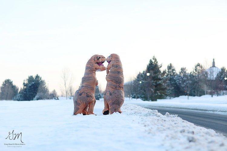Casal se fantasia de dinossauros para mostrar que o amor não está em extinção 15