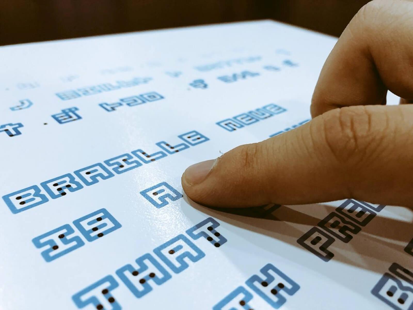 Designer japonês cria fonte que une a escrita Braille com a tradicional 2