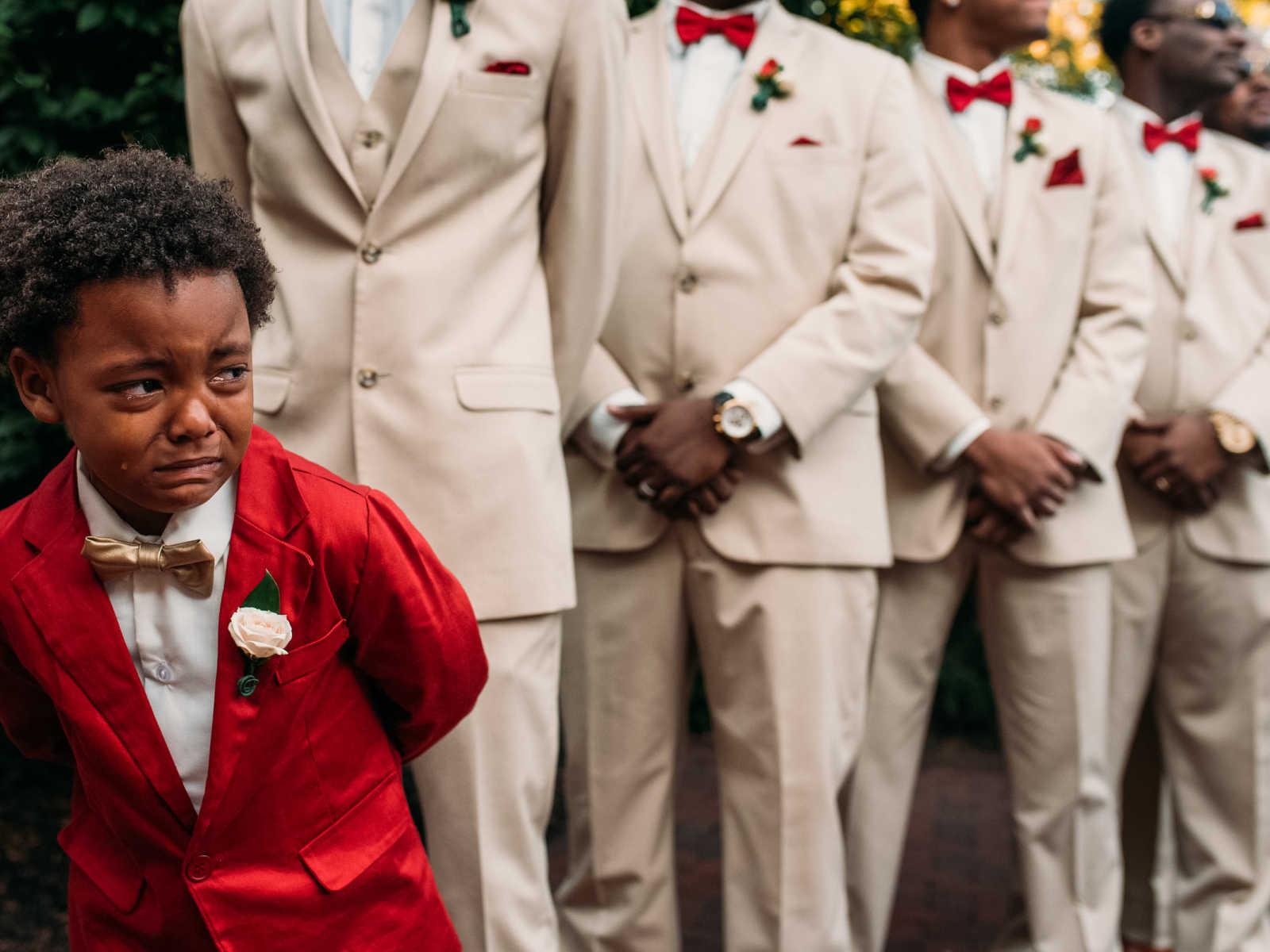 Garotinho de 6 anos não contém a emoção no casamento dos pais 2
