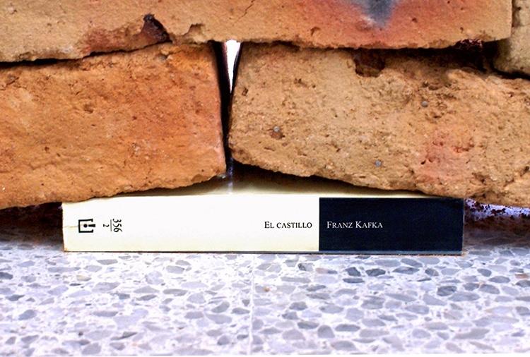 Instalação releva o poder de um livro distorcendo muro de