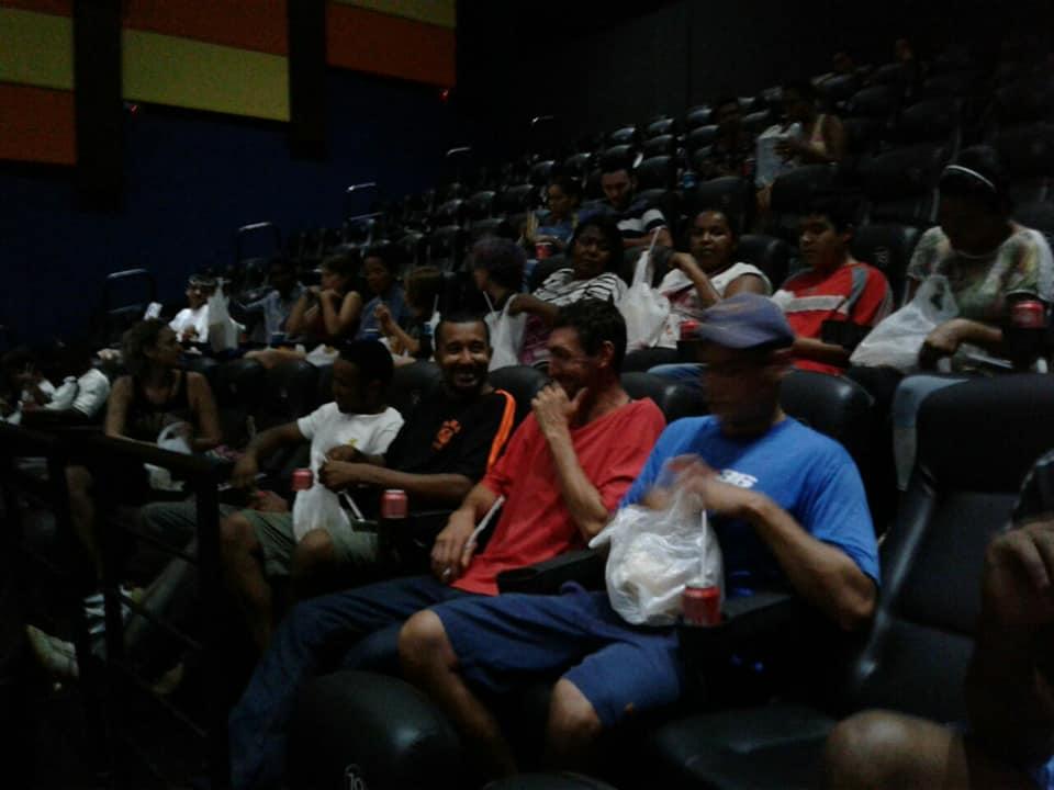 Em Araraquara, garoto de 12 anos leva pessoas em situação de rua ao cinema 6