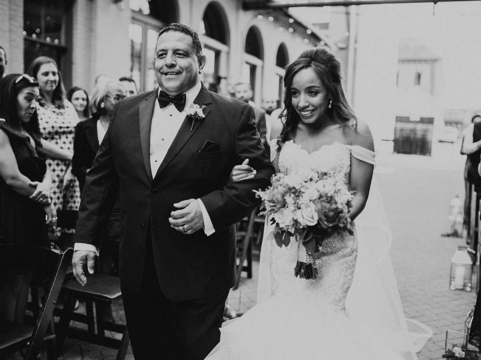 Noiva se emociona ao ser conduzida por pai e ter a cerimônia realizada por padrasto 4