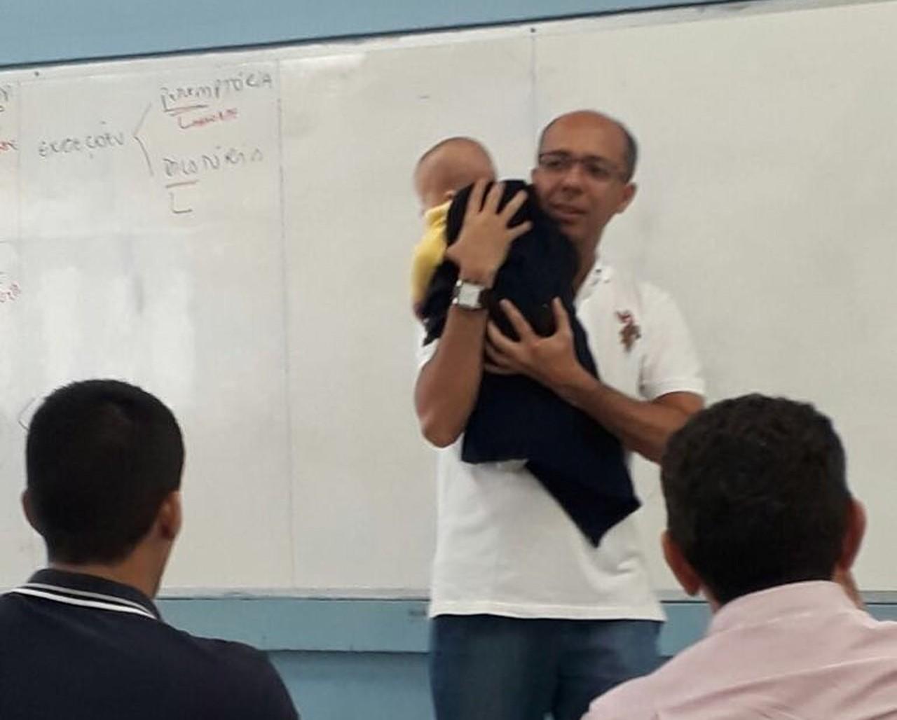 Professor nina bebê para que aluna pudesse assistir aula no Piauí 1