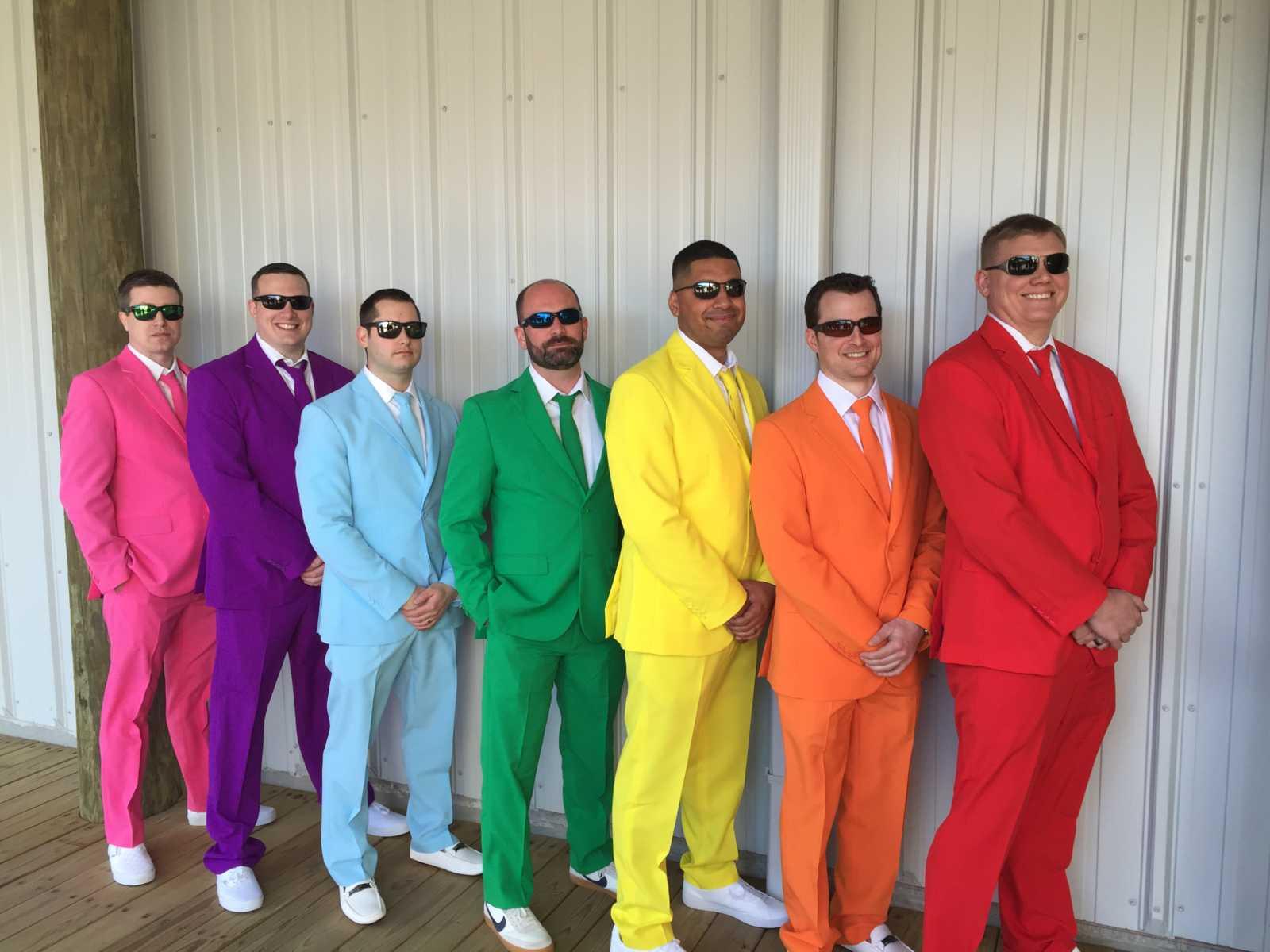 Usando ternos com cores do arco-íris padrinhos fazem surpresa no casamento de amigo 2