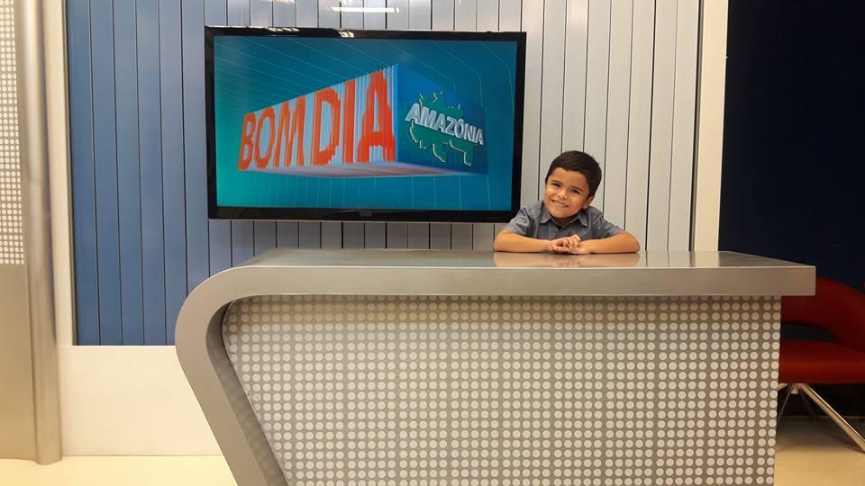Garoto autista de 6 anos que sonha em ser jornalista tem sonho realizado 3