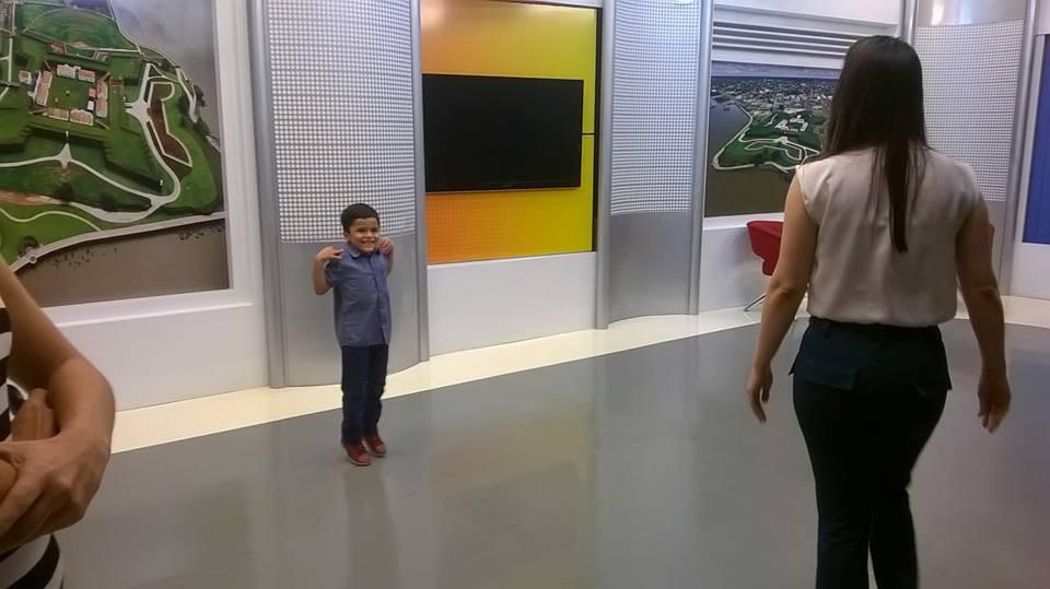 Garoto autista de 6 anos que sonha em ser jornalista tem sonho realizado 6