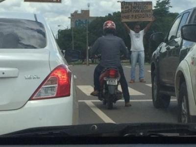 Após segurar cartaz em semáforo (e ser ridicularizado), homem consegue emprego em Palmas 1