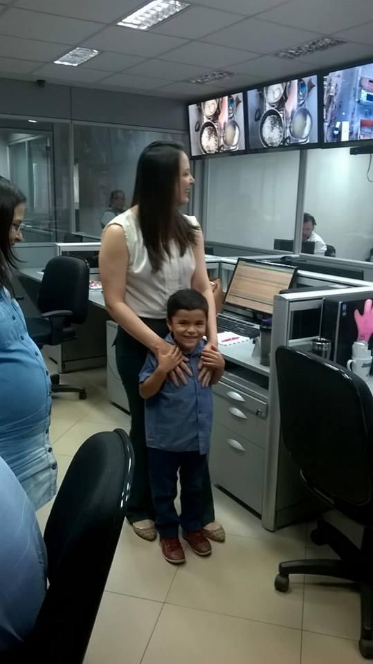 Garoto autista de 6 anos que sonha em ser jornalista tem sonho realizado 10