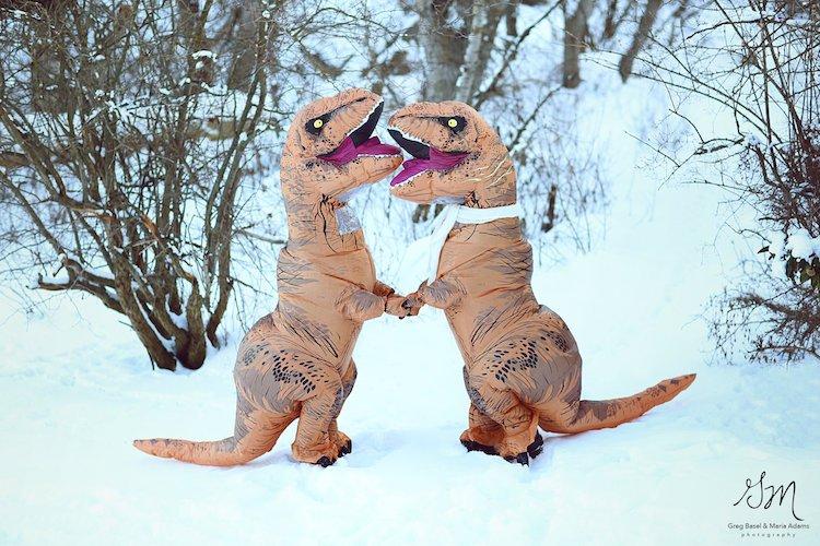 Casal se fantasia de dinossauros para mostrar que o amor não está em extinção 3