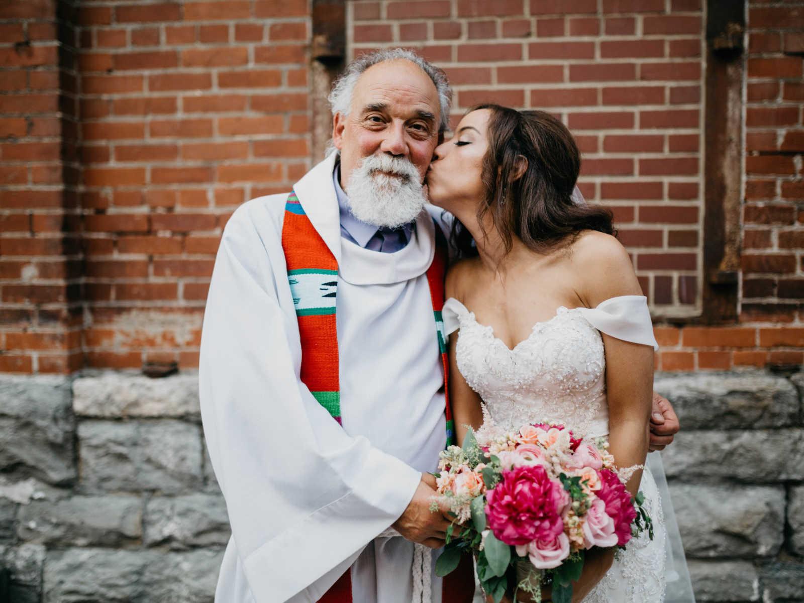 Noiva se emociona ao ser conduzida por pai e ter a cerimônia realizada por padrasto 5