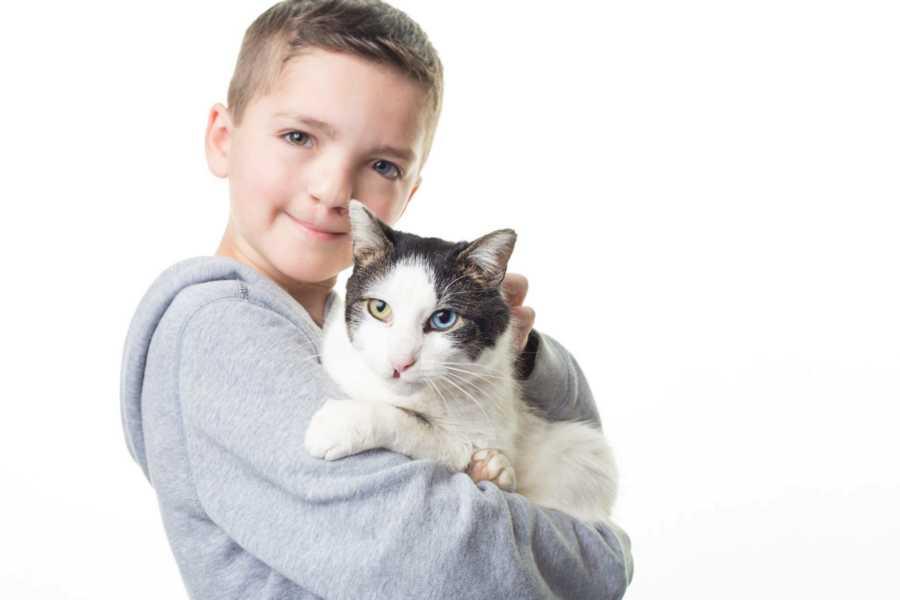 Garoto adota gatinha com as mesmas condições que ele mostrando que suas diferenças são lindas 5