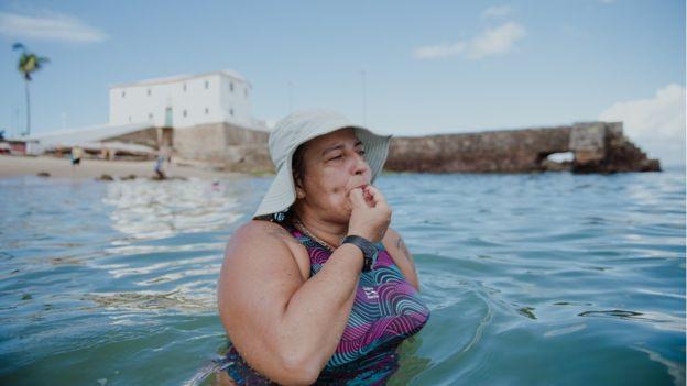 Há 17 anos ela dá aulas de natação de graça para quem não pode pagar, em Salvador 3