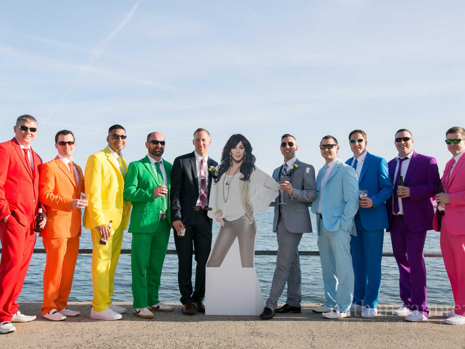 Usando ternos com cores do arco-íris padrinhos fazem surpresa no casamento de amigo 3