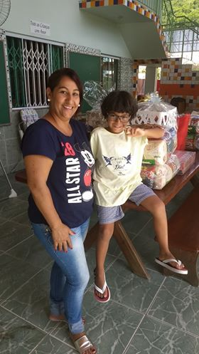 Garoto adotado faz aniversário e pede alimentos para crianças órfãs