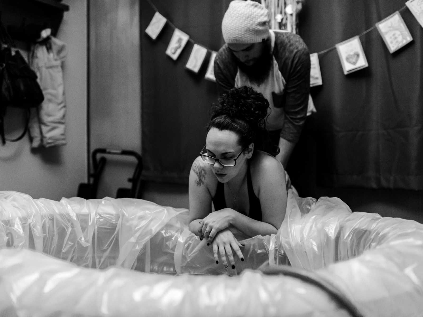 'Estamos todos chocados': mulher tem parto na banheira e bebê nasce com mais de 5 kg 2