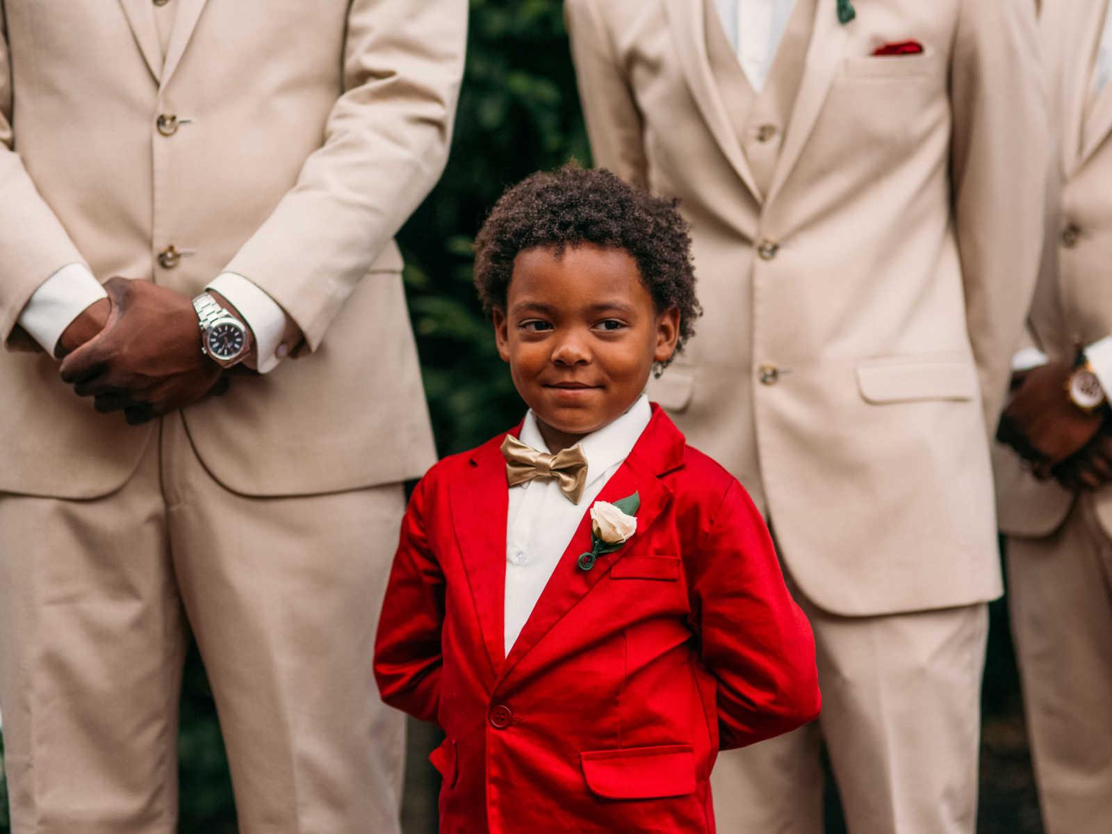 Garotinho de 6 anos não contém a emoção no casamento dos pais 4