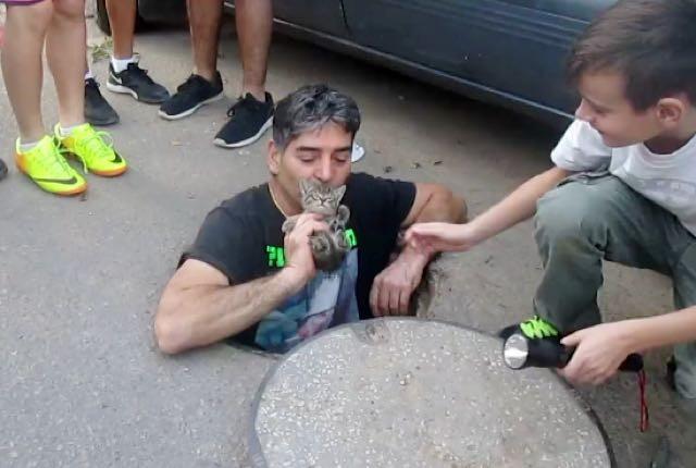 Homem entra em esgoto para salvar gatinho que estava preso 5