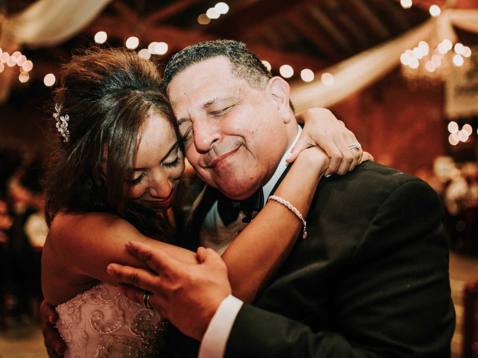 Noiva se emociona ao ser conduzida por pai e ter a cerimônia realizada por padrasto 6