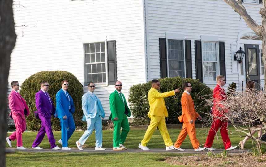 Usando ternos com cores do arco-íris padrinhos fazem surpresa no casamento de amigo 5