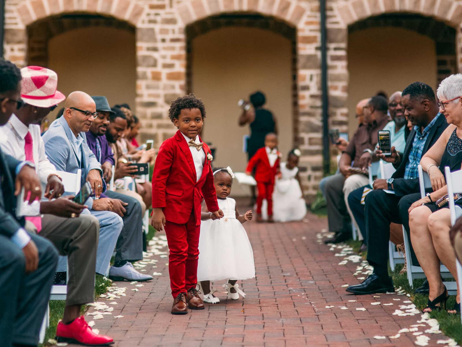 Garotinho de 6 anos não contém a emoção no casamento dos pais 5