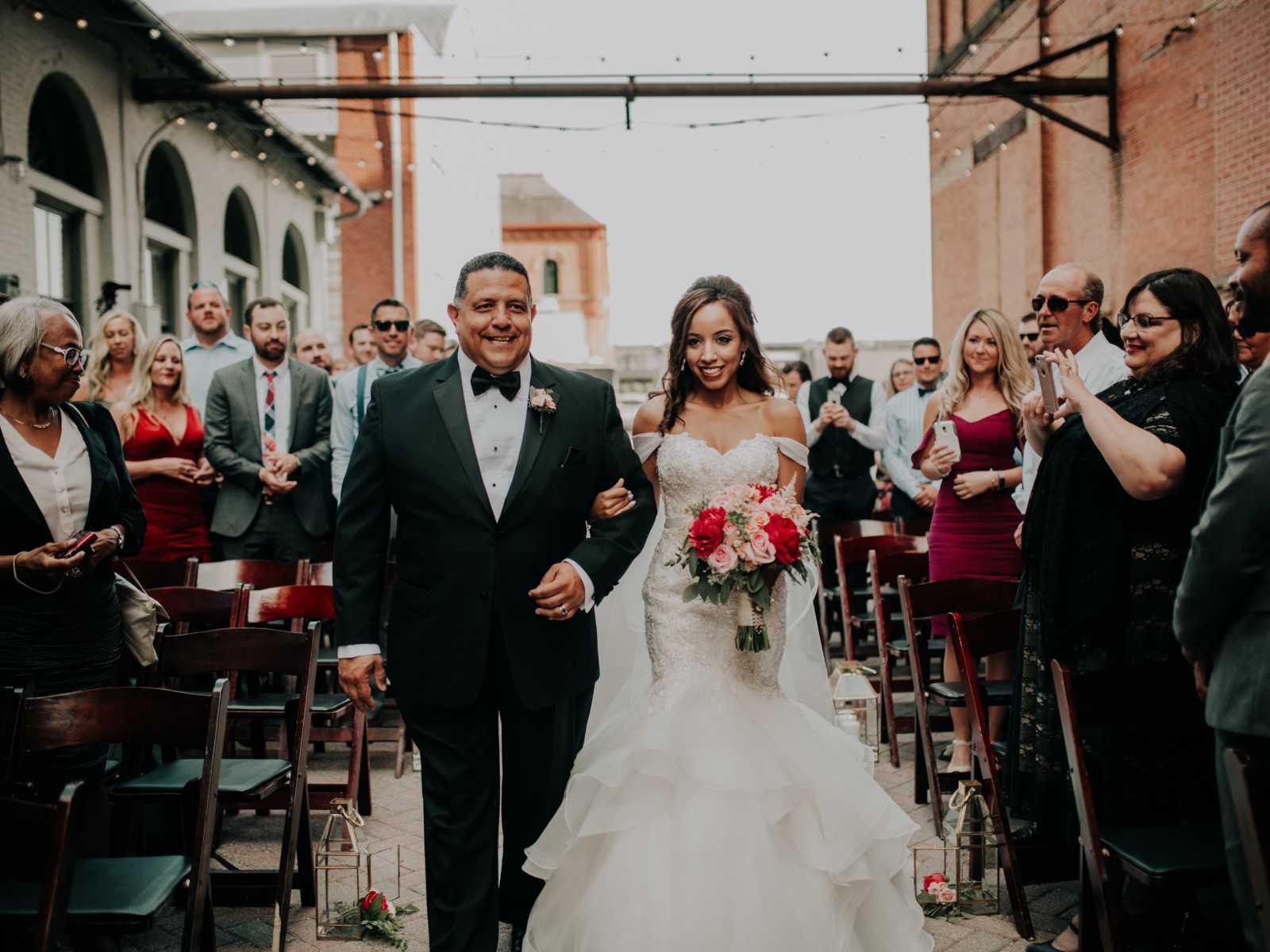Noiva se emociona ao ser conduzida por pai e ter a cerimônia realizada por padrasto 8
