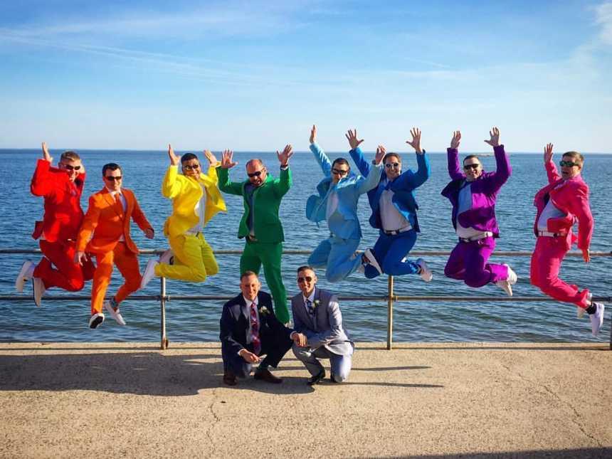 Usando ternos com cores do arco-íris padrinhos fazem surpresa no casamento de amigo 7