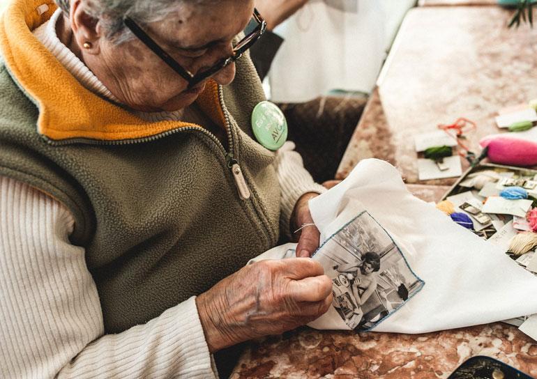 Empresa em Lisboa chama idosas acima de 65 anos para produzir objetos de design 2