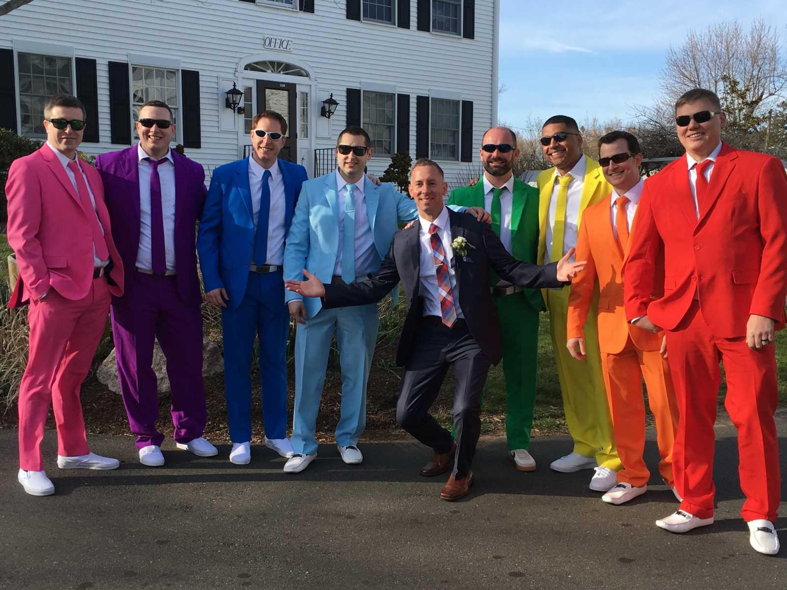 Usando ternos com cores do arco-íris padrinhos fazem surpresa no casamento de amigo 8