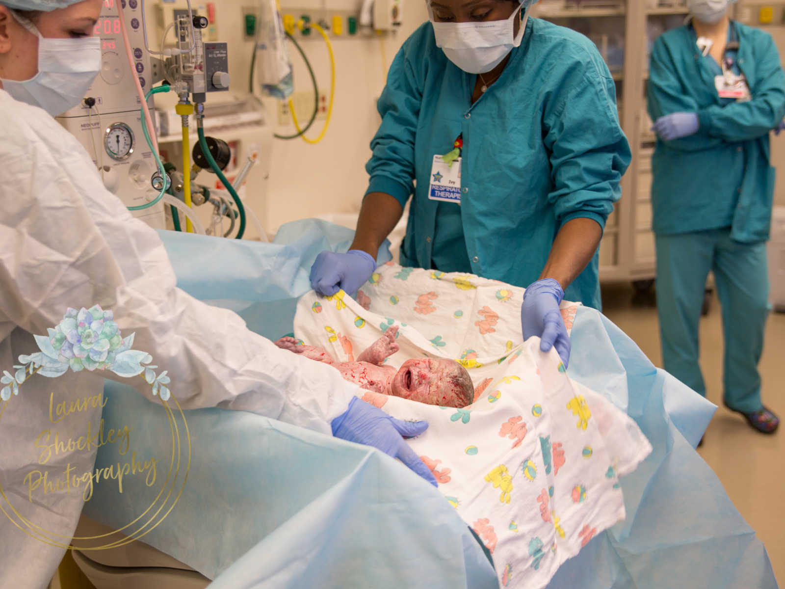 Fotógrafa captura cesariana de bebê que levou 4 dias pra nascer 8